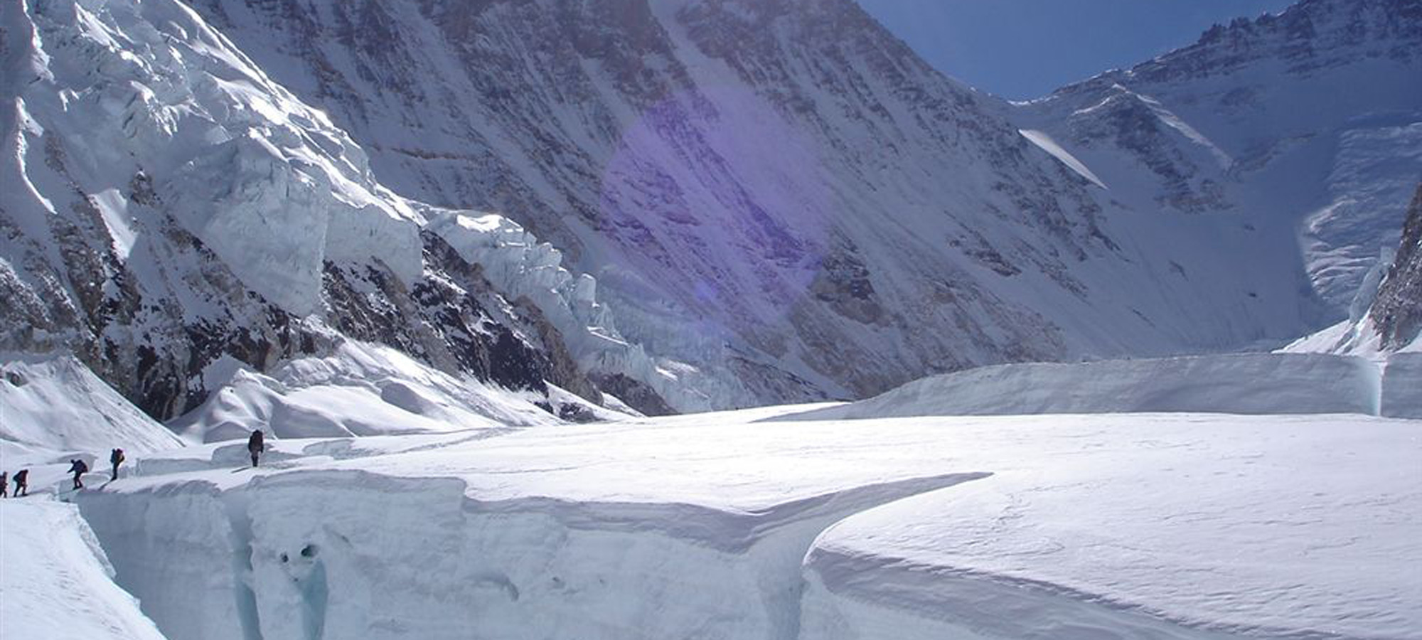 Summit of everest with big crevasse